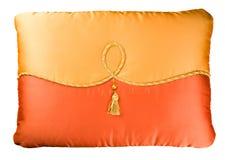 Cuscino del sofà di due colori decorato con un cavo, una perla e una spazzola Fotografia Stock Libera da Diritti