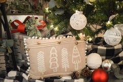 Cuscino dell'albero di Natale visualizzato sotto l'albero fotografie stock libere da diritti