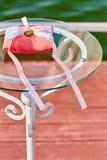 Cuscino della decorazione di nozze per gli anelli nello stile di corallo fotografia stock