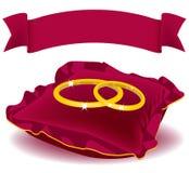 Cuscino di colore rosso dei due anelli Fotografie Stock Libere da Diritti