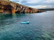 Cuscino di nuoto nel mare fotografie stock