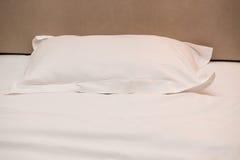 Cuscino e bordo capo di un letto Fotografia Stock