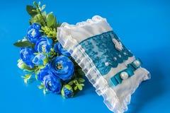 Cuscino e fiori di nozze fotografie stock