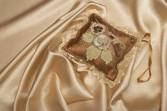 Cuscino fatto a mano sulla seta Immagini Stock