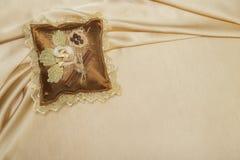 Cuscino fatto a mano sulla seta Fotografia Stock Libera da Diritti