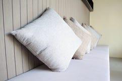 Cuscino sul letto di sofà in salone Immagini Stock