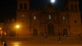 Cusco domkyrka på natten mot fullmånen arkivfilmer