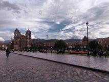 Cusco fyrkant och koloniala kolonner arkivfoton