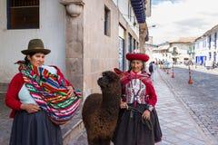 Cusco kvinna i traditionella kläder Fotografering för Bildbyråer