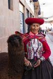 Cusco kvinna i traditionella kläder Royaltyfria Bilder