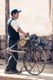 Cusco/Perù - 27 maggio 2008: Uomo, creatore chiave, condizione del fabbro sulla via immagine stock libera da diritti