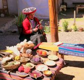Cusco Peru/artesans do setembro de 2013 /Local pratica seus wi do ofício imagem de stock royalty free