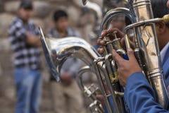 CUSCO PERU, CZERWIEC 06, 2016 nieznane muzycy mosiężny zespół o - Obrazy Stock
