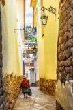 Cusco PERU - gatasikt av den gamla staden arkivbilder