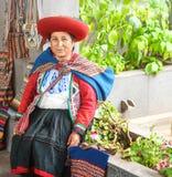 Cusco, Peru - 01 03 Gebürtige peruanische Frau 2019 im Trachtenkleid mit rotem Hut im heiligen Tal nahe Cusco, Peru, Latein-Ameri stockfoto