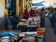 CUSCO, PERU 20. JUNI 2016: breite Ansicht eines Fischstraßenmarkt am cusco in Peru lizenzfreie stockbilder