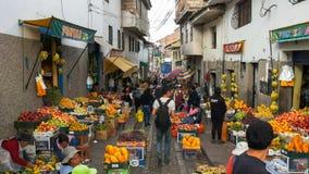 CUSCO, PERU 20. JUNI 2016: breite Ansicht eines Fruchtstraßenmarkt am cusco in Peru lizenzfreie stockfotos