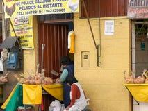 CUSCO, PERU 20. JUNI 2016: eine Frau hackt oben Huhn an einem Straßenseitengeschäft im cusco, Peru lizenzfreies stockfoto