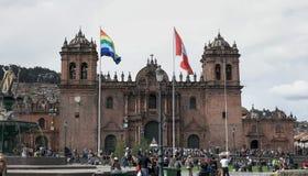 CUSCO, PERU 22. JUNI 2016: Nachmittag geschossen von der Piazza de Armas und von der Kathedrale von cusco lizenzfreie stockbilder