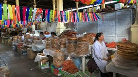 CUSCO, PERU 20. JUNI 2016: peruanische Frauen, die Brot an San- Pedromarkt im cusco verkaufen stockfoto