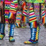 CUSCO - PERU - JUNI 06, 2016: Peruanska dansare på ståta in Fotografering för Bildbyråer