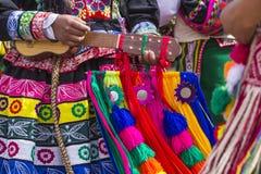 CUSCO - PERU - JUNI 06, 2016: Peruanska dansare på ståta in Arkivfoto