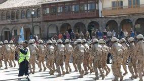 CUSCO, PERU 22. JUNI 2016: Soldaten, die hinter die Kathedrale von cusco während einer Sonntags-Parade marschieren stock video footage