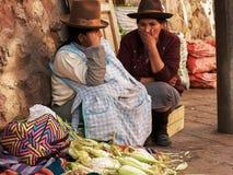 CUSCO, PERU 20. JUNI 2016: zwei Frauen verkaufen Mais an einem Straßenmarkt im cusco lizenzfreies stockbild