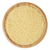 Cuscus crudo in ciotola di legno isolata su fondo bianco Immagini Stock Libere da Diritti