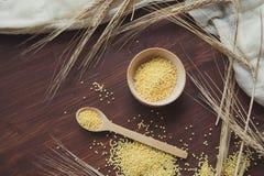Cuscus di kuskus del porridge con bulgur su bianco Fotografia Stock Libera da Diritti