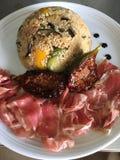 Cuscus di verdure con il crudo di prosciutto di Parma ed i fichi caramellati Immagini Stock Libere da Diritti