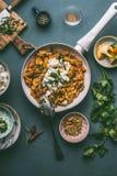 Cuscuz saudável do vegetariano um prato do potenciômetro com vegetais e queijo de feta na bandeja branca Fotos de Stock