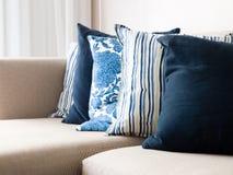 cushions sofaen Arkivbild