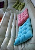 cushions sofaen fotografering för bildbyråer
