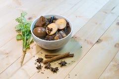 Cusine tailandés; Huevos y porks hervidos en la salsa Fotos de archivo libres de regalías