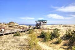 Cuspe de Curonian, Efa da duna Turistas na plataforma de observação foto de stock