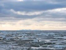 Cuspe de Curonian no gelo do inverno, Lituânia Fotografia de Stock