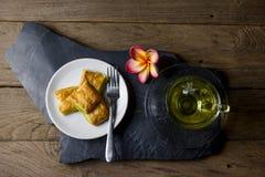 Custard chleb z chryzantemy herbatą na drewnianym tle Zdjęcie Royalty Free