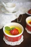 Custard deser z świeżą truskawką i mennicą Zdjęcie Stock