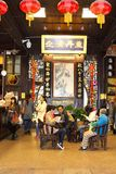 Custimers在一个古老药房等待他们的医学在杭州,中国 库存图片