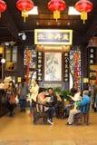 Custimers väntar på deras mediciner i ett forntida apotek i Hangzhou, Kina arkivbilder