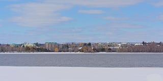 Custo da casca ao longo do rio de Ottawa com gelo e neve fotografia de stock