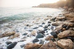 Custo do mar com as pedras no distrito de Paphos em Chipre imagens de stock