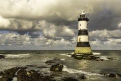 Custo noroeste wales de Anglesey do farol de Penmom Imagens de Stock Royalty Free