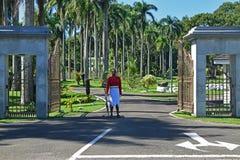 Custodica in servizio davanti alla sede del parlamento a Suva, Figi fotografia stock libera da diritti