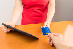 Customer paying with credit card Royalty Free Stock Photography
