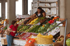 Customer Pays For Fresh Produce At Farmers Market Stock Images