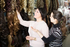 Customers buying clip-in natural hair extension Royalty Free Stock Photos