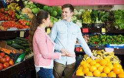 Customers buying oranges Royalty Free Stock Photography