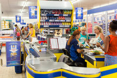 Customers paying for shopping at a supermarket Royalty Free Stock Image